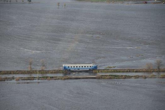 El tren descarriló el lunes tras la caída del puente del Río Salado. Foto: Bomberos Voluntarios de Alberti