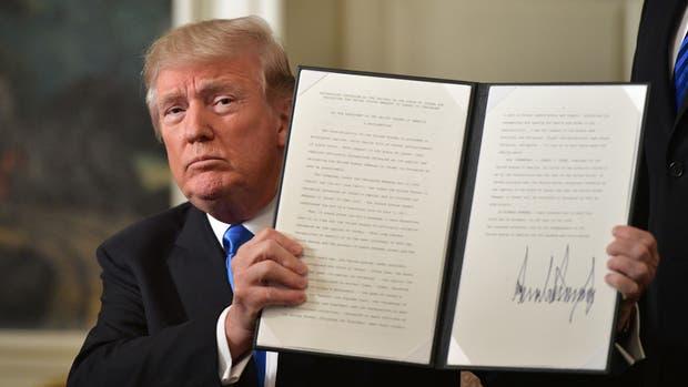 El presidente de EE. UU., Donald Trump, sostiene un memorándum firmado después de pronunciar una declaración sobre Jerusalén en la Sala de Recepción Diplomática de la Casa Blanca en Washington