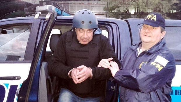 Con casco, Claudio Minnicelli, ayer, al ser trasladado a los tribunales