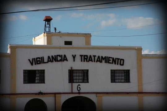 Vigilancia y tratamiento, el mensaje que se lee al ingresar a la cárcel. Foto: lanacion.com / Martina Matzkin