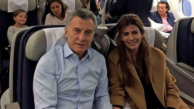Mauricio Macri, Juliana Awada y Antonia, en el vuelo de Aerolíneas Argentinas