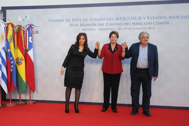 Esta mañana, Cristina Kirchner recibió en Mendoza a sus pares de Brasil, Dilma Rousseff, y de Uruguay, José Mujica, con quienes debatirá sobre la crisis en Paraguay. También participarán Ecuador, Chile, Perú y Venezuela