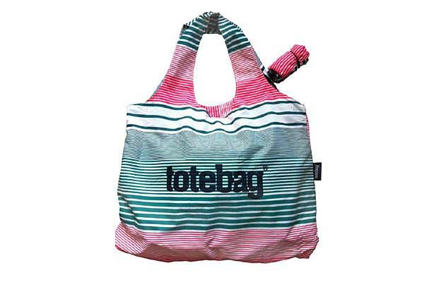 Muy liviana. Es una bolsa compacta con manijas unidas, impermeable. El dato: se guarda en forma de rollito y se cierra con un elástico (Totebag, $110).