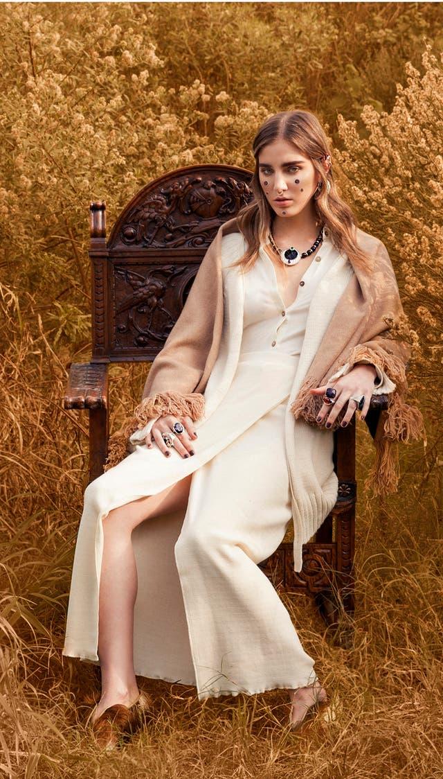 Manta de guanaco y lana merino, cárdigan tejido en lana merino, falda de algodón, camisa algodón orgánico (Cubreme, $ 8900, $ 2100, $ 1700 y $ 950), zapatos de pelo de potro (Chicco Ruiz, $ 2950), aros (María Medici, $ 500), collar y anillos (Oleana, $ 19.000, $ 3700). Sillón tallado en nogal (Agnes Deco)