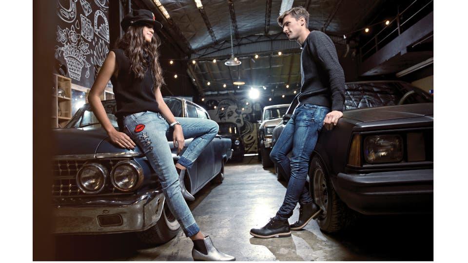 Ella, chaleco polera de hilo (Giesso), jeans con bordados (Kosiuko), botinetas metalizadas (A.Pie), boina (Lovely Denim), pulsera de cuero (Más Negro). Él, suéter de hilo (Prototype), jeans (Herencia), botitas acordonadas de cuero (Timberland). Foto: Martín Lucesole