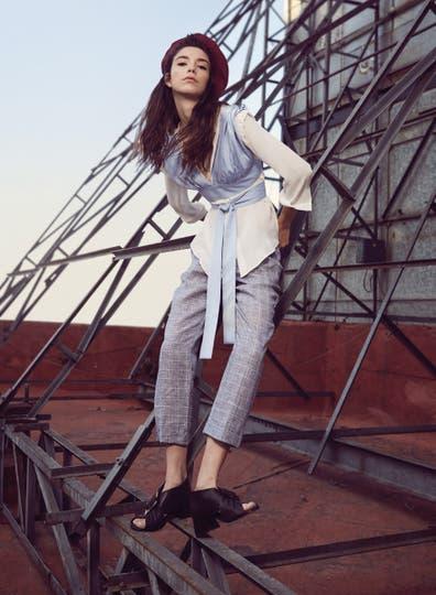 Top cruzado (Cher), camisa de seda y pantalón (Giesso), zapatos (Mishka). Foto: Sebastián Arpesella
