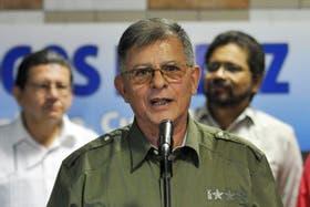 El jefe guerrillero de las FARC Rodrigo, alias Ricardo Téllez, acompañado por Iván Márquez y Pablo Catatumbo