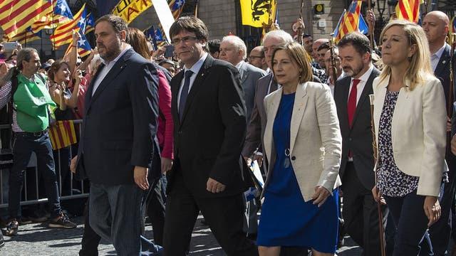 Junqueras, a la izquierda, participó el sábado de la marcha en apoyo de los alcaldes separatistas