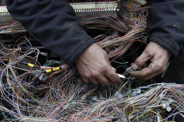 Un operario trabaja sobre una red de cableado telefónico en Reino Unido