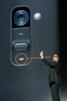 James Fishler, vicepresidente de LG Mobile USA, en la demostración de uso del LG G2 presentado en Nueva York. Foto: AFP