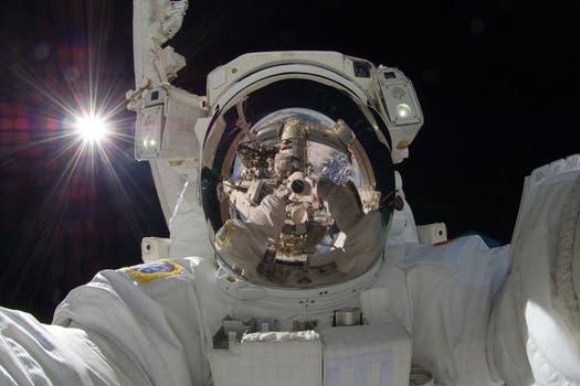 En 2012, Aki Hoshide hizo la autofoto y la Tierra apareció en el reflejo de su casco, junto a la cámara. Foto: Gentileza NASA