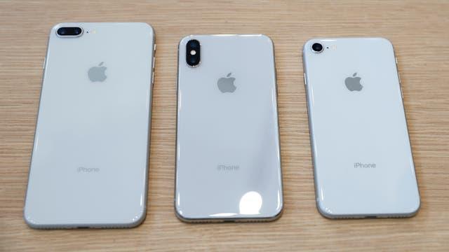 Aunque tienen el mismo color y usan el mismo material, el iPhone X cambia la disposición de las cámaras en el dorso del teléfono