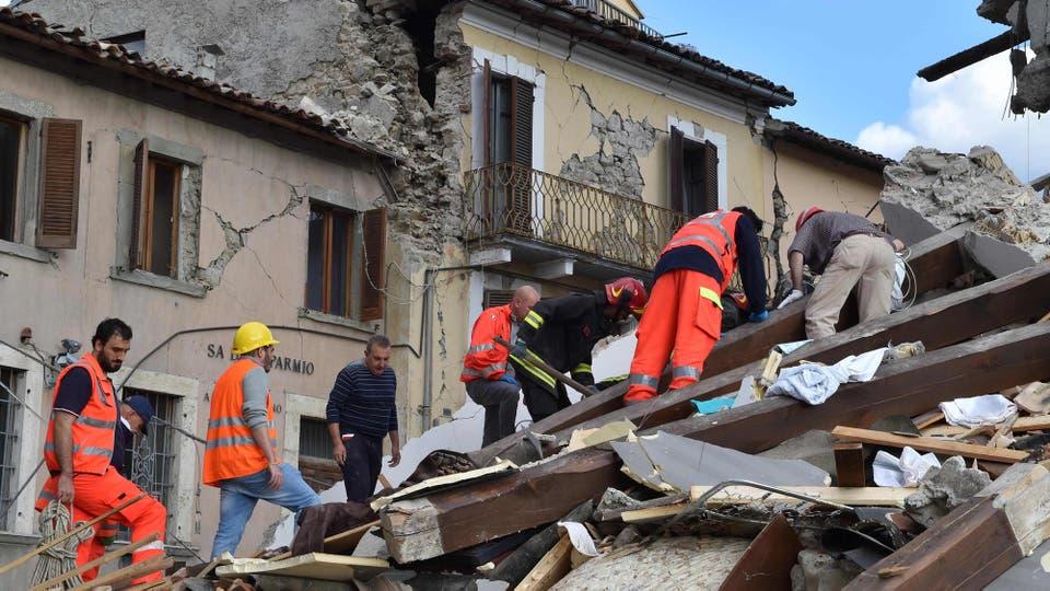 Rescatistas buscan sobrevivientes entre los escombros. Foto: AFP / STR