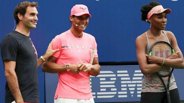 Federer y Nadal, protagonistas de un clásico inigualable desde 2004, durante el distendido Kid's Day; desde este lunes empezarán a pelear por el título