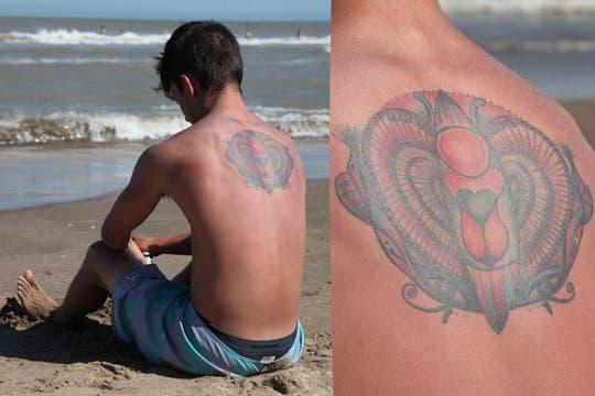 Tatuajes con colores sobre la piel bronceada en las playas de Pinamar. Foto: LA NACION / Matías Aimar