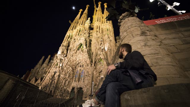 """La Sagrada Familia diseñada por el arquitecto Antoni Gaudí es visto minutos antes de la campaña """"La Hora del Planeta"""". Foto: AFP"""