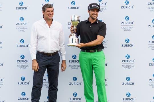 Fabio Rossi, CEO de Zurich Argentina y el ganador Samuel Del Val.