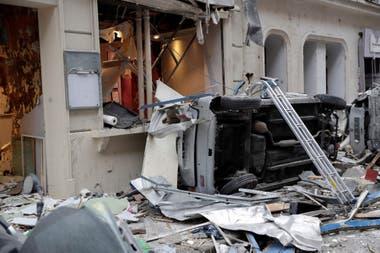 La esquina de las calles Saint-Cecile y Trevise quedó cubierta de escombros; la policía mantiene un cordón de seguridad