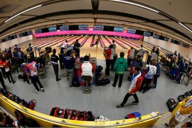 El ambiente del Bowling Center, con un mosaico de naciones en Lima