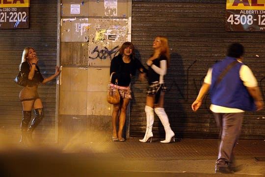 La prostitución es una postal permanente durante todo el día, sólo que en la noche se incrementa. Foto: LA NACION / Marcelo Omar Gómez