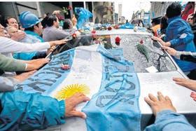 Miles de personas se sumaron a la despedida y acompañaron a pie el trayecto de los restos de Néstor Kirchner desde la Casa Rosada hasta el Aeroparque