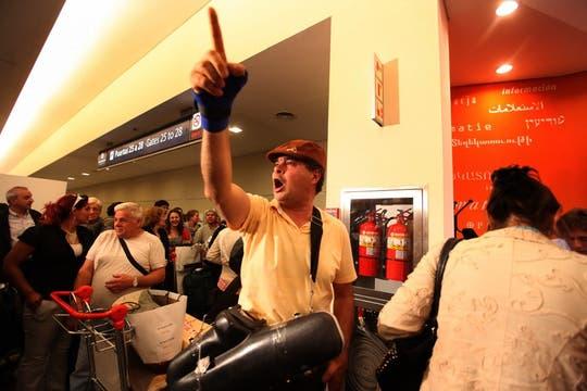 Un conflicto gremial paralizó varios vuelos en Ezeiza, se suspendieron 38, demoras y muchas quejas entre los pasajeros. Foto: LA NACION / Soledad Aznarez
