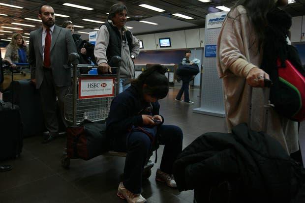Gran cantidad de gente se ha quedado varada en el aeroparque metropolitano a la espera de que se reanuden los vuelos
