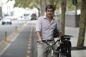 Marcos Peña, con su bicicleta, que usa frecuentemente para moverse por la ciudad