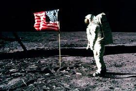 Aldrin junto a la primera bandera de su país en la superficie lunar