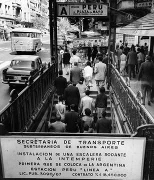 Un cartel anuncia la nueva obra en la estación Perú de la línea A en febrero de 1968.. Foto: Archivo