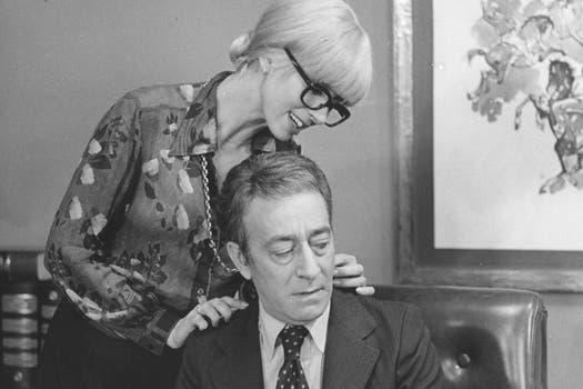 Olmedo siempre acosado por una de sus chicas. Foto: Archivo La Nación