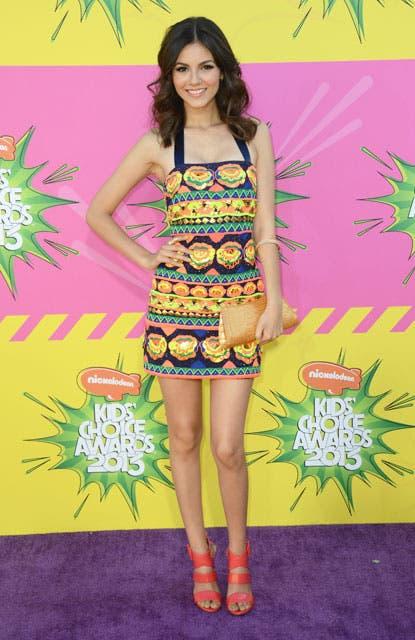 Victoria Justice, de la serie Victorious, también eligió un vestido multicolor. Foto: /AP