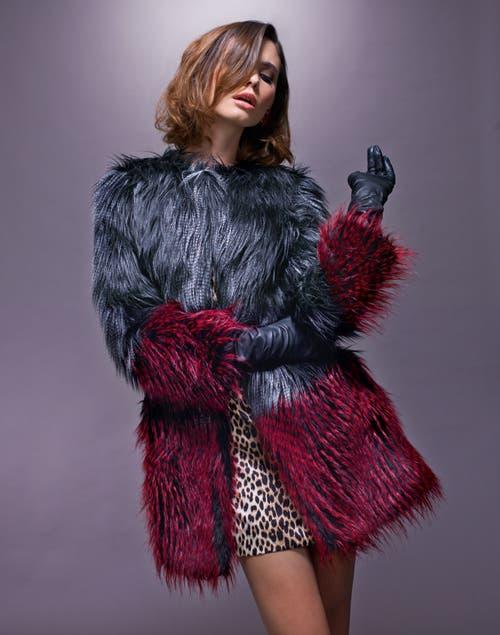 Piel. Tapado de piel sintetica ($1500, Breeder´s). Vestido animal print de seda ($3590, Evangelina Bomparola). Aros de piedras ($320, Fahoma).