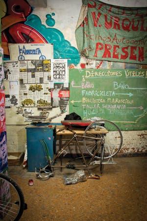 Después de rescatar su antigua bici arrumbada en un altillo, una cronista de Brando la llevó a este espacio inspirado en las ciclofficinas italianas en el que cada uno aprende y enseña a arreglar su preciado vehículo. Historia de una recuperación.