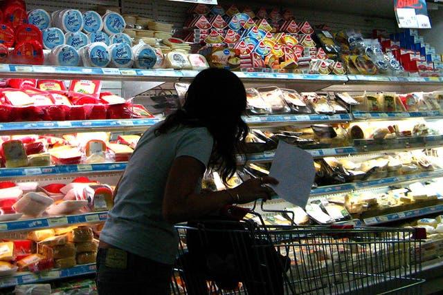 Las asociaciones de consumidores encuentran con frecuencia lácteos vencidos o con una fecha muy próxima a vencer