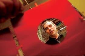 Fernando Poggio, en su taller de Buenos Aires; sus muebles también volaron a Francfort