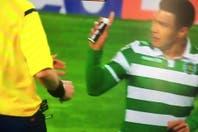 La última de Teo Gutiérrez: se ganó la amarilla por sacarle el aerosol al juez en el festejo de un gol