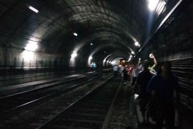 Los pasajeros caminaban por las vías de la estación Boedo