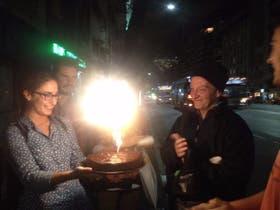 Jóvenes de la parroquia Loreto le regalaron una torta a Daniel, en su cumpleaños
