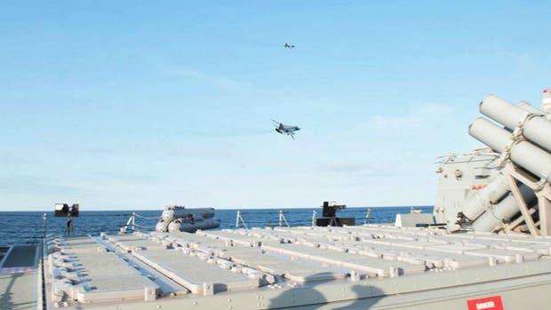 Dos aviones de combate rusos modelo Su-24 vuelan sobre un buque destructor de la Marina estadounidense en el mar Báltico, el USS Donald Cook.