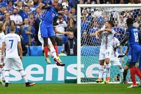 Pogba, de cabeza, anota el primer gol en la Eurocopa, el segundo de Francia