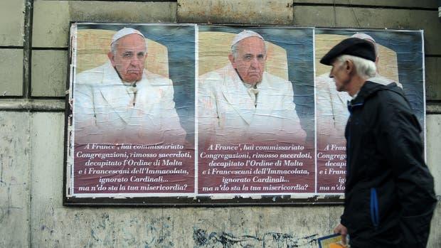 Los afiches, pegados ante los muros del Vaticano