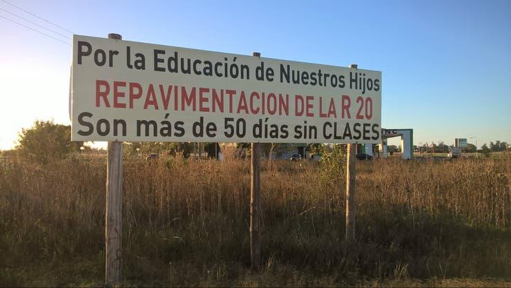 Un cartel sobre la ruta 20 reclama mejoras en la pavimentación
