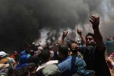 Un manifestante palestino reacciona durante una protesta contra el traslado de la embajada de Estados Unidos a Jerusalén en la frontera entre Israel y Gaza en el sur de la Franja de Gaza el 14 de mayo de 2018