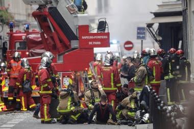 Tres bomberos están en estado crítico: estaban en las inmediaciones de la panadería por un escape de gas cuando se produjo la explosión
