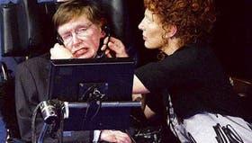 Su mujer, Elaine, ayuda al físico inglés Stephen Hawking, que padece esclerosis lateral amiotrófica