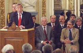 Rodeado por sus ministros, gobernadores, líderes sindicales y empresarios, Kirchner anunció el pago anticipado en la Casa Rosada
