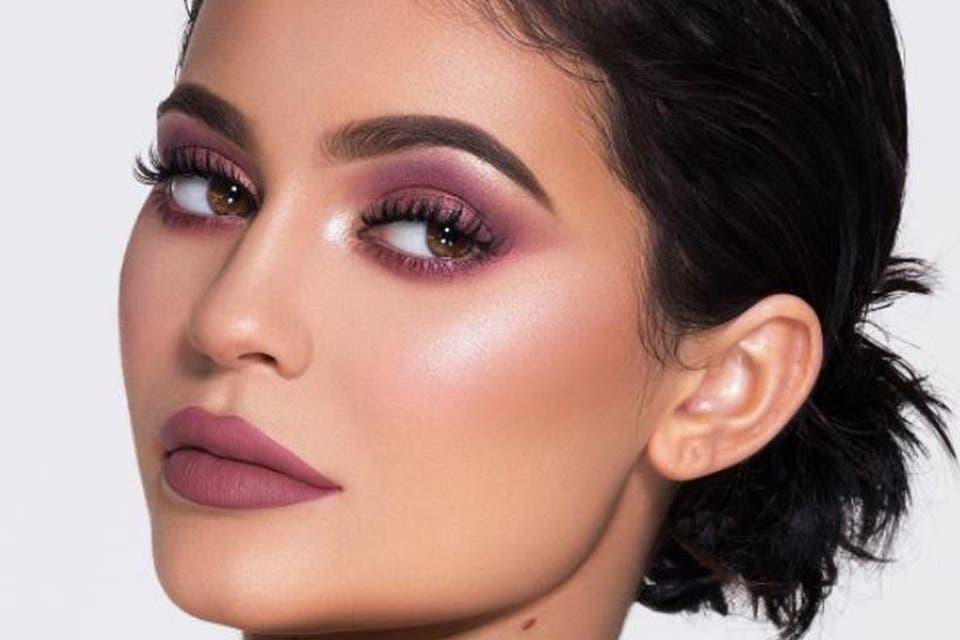 La colección de make up de la menor del clan Kardashian Jenner desborda de tonos rosados. Foto: OHLALÁ! /Instagram @kyliejenner