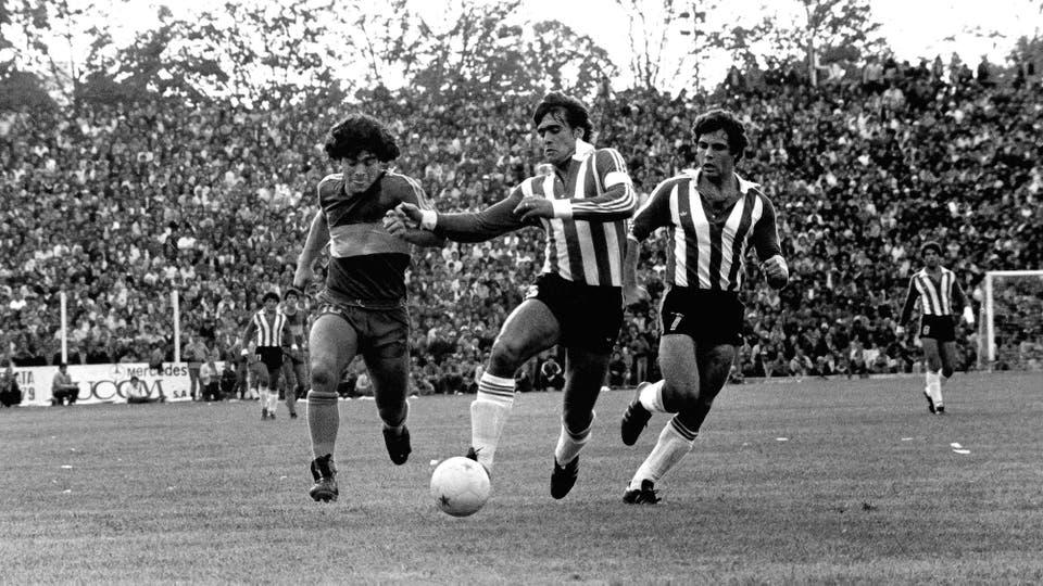 26-4-1981: ya con la camiseta de Boca, visita a La Plata, para enfrentarse con Estudiantes. Foto: LA NACION