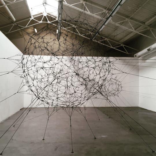 Instalación de Tomás Saraceno en Ruth Benzacar